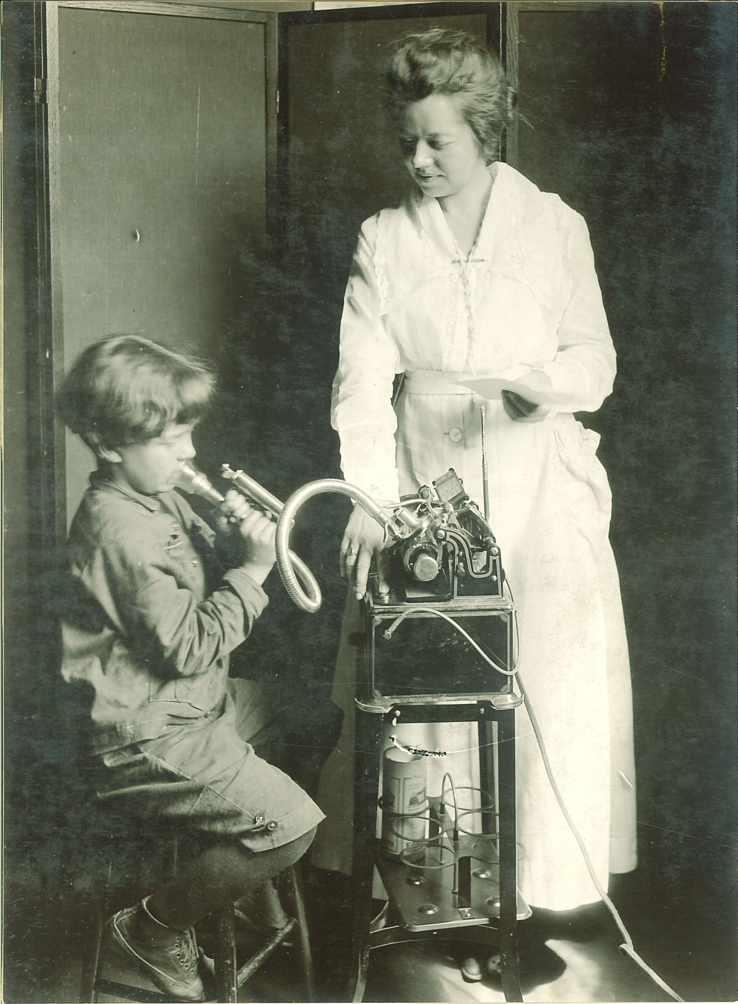 Spirometry_1920_Child_&_Nurse